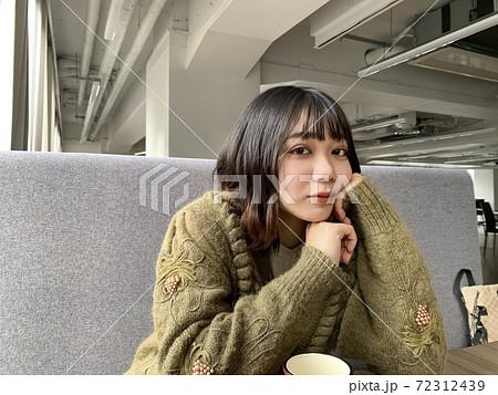 カフェで過ごす女性のポートレート 72312439