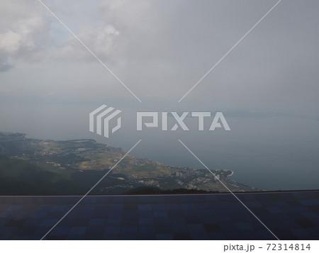 正面に琵琶湖を見下ろすインフィニティプール 72314814