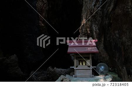 熱海市・来宮神社・三峯社の第二大楠の空洞の幹の奥に祀られている小さな祠 72318405