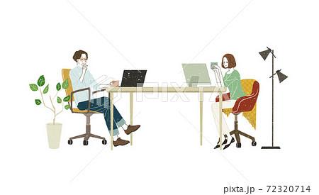 パソコンを使っている男女 72320714