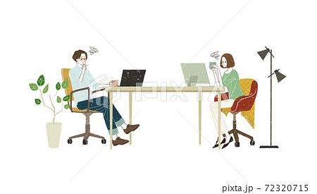 パソコンを使っている男女 72320715