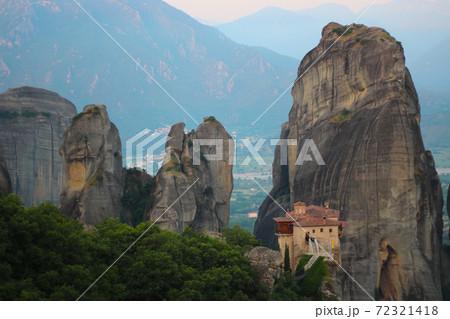 朝もやの中のメテオラの奇岩群と修道院 72321418