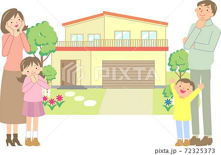 マイホームを選ぶ笑顔の家族 72325373