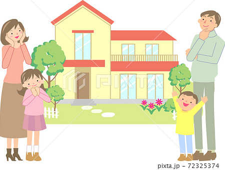 マイホームを選ぶ笑顔の家族 72325374