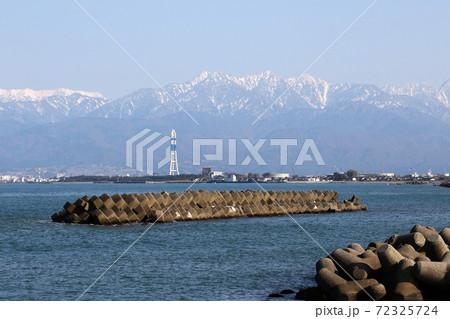日本海の海岸から眺める北アルプス 72325724
