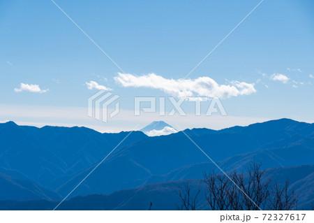 両神山山頂から見た景色(遠景に富士山) 72327617