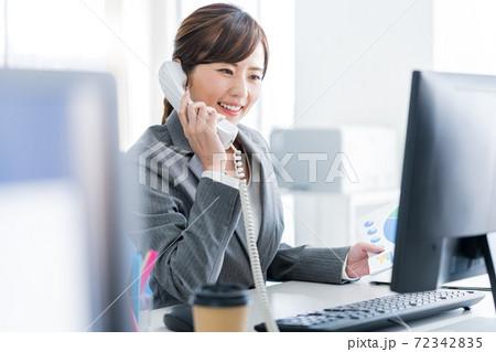 オフィスで電話するビジネスウーマン 72342835