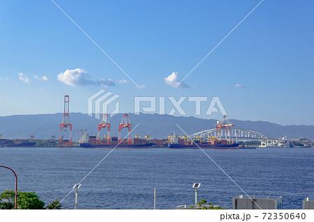六甲山とコンテナ埠頭に立つ巨大なガントリークレーン 72350640