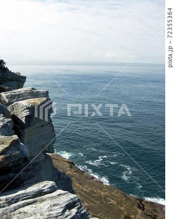 シドニー湾内の崖から写した何一つ人工物の無い海の風景 72355364