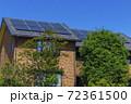 エコ住宅と青空と緑 72361500