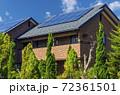 エコ住宅と青空と緑 72361501