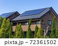 エコ住宅と青空と緑 72361502