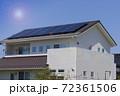 エコ住宅と青空と太陽 72361506