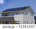 エコ住宅と青空と太陽 72361507