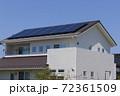 エコ住宅と青空 72361509