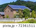 エコ住宅と青空と緑 72361511