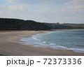 白波が打ち寄せる静かな砂浜 72373336