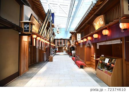 羽田空港 出発ロビーにある和風な街並み 72374610