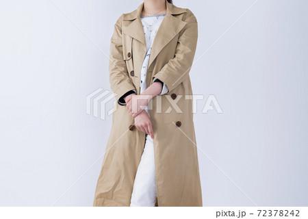 コートを着た若い女性のイメージカット 72378242