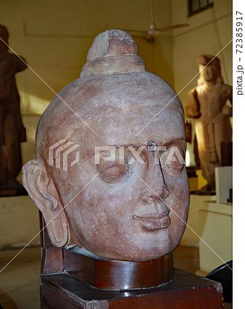 北インドのデリー近郊の町マトゥーラの博物館に展示される初期の仏頭 72385917