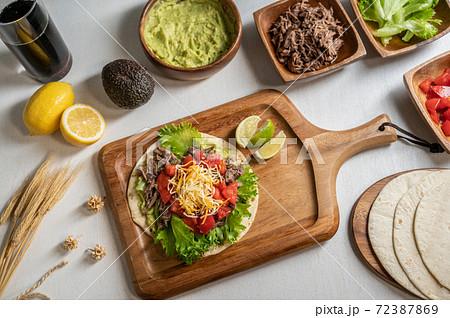 メキシコ料理タコスの材料とテーブルコーディネート 72387869