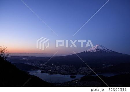 日の出と富士山、幻想的なコントラスト 72392551