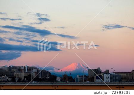 埼玉県川口市 荒川河川敷から望む朝焼けに染まった富士山 72393285