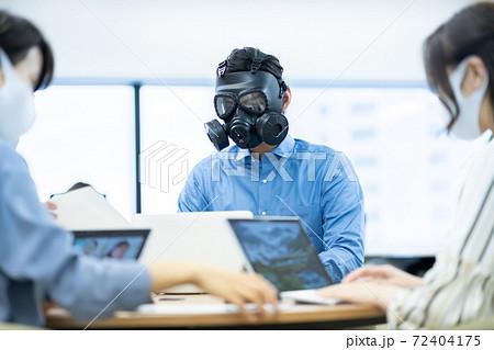 やりすぎ自己防衛 ガスマスク オフィス コワーキングスペース ビジネスイメージ ベンチャー企業 72404175