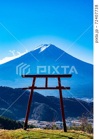 富士山を一望できる河口湖浅間神社にある遙拝所 72407738