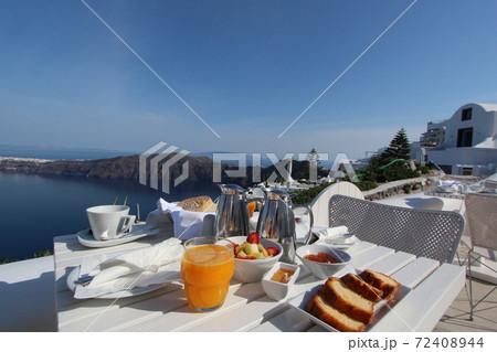 エーゲ海を望むバルコニーで優雅な朝食タイム(サントリーニ島) 72408944