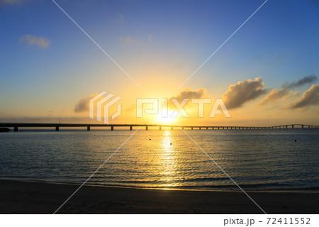 サンセットビーチから眺める伊良部大橋と夕日 72411552