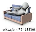 ソファーに寝そべり、リモコンでザッピングする怠惰な男性。白バック。3Dレンダリング。 72413509