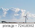 積乱雲をバックに風車がある風景 72418302