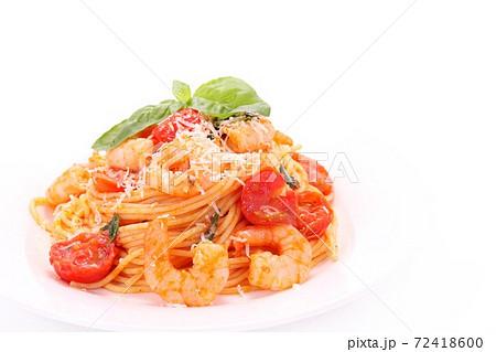 エビとトマトのスパゲッティ 白背景 72418600