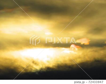 黄金の泉を求めて 動物の形をした彩雲 72433947