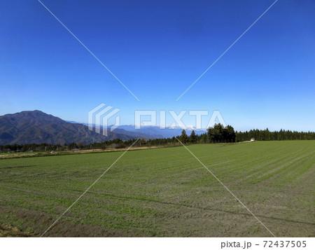 赤城西麓の畑からの冠雪した谷川岳方面の遠景 72437505