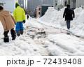 北海道の歩行困難な冬道 72439408