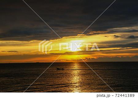夜明けの太陽(仙台市若林区荒浜海岸) 72441389