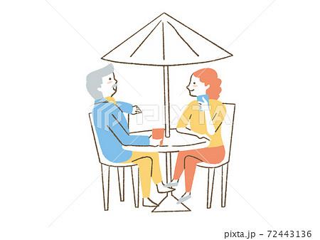 ガーデンパラソルの下で話す男女 72443136