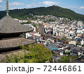 【広島県】尾道の町並みの風景 重要文化財の天寧寺三重塔 JR山陽本線を走行する電車  72446861