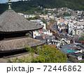 【広島県】尾道の町並みの風景 重要文化財の天寧寺三重塔 JR山陽本線を走行する電車  72446862