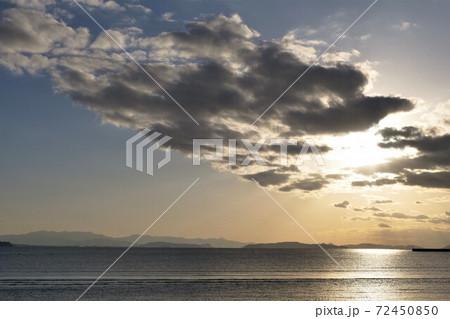 雲間から差しこむ夕日&海面に光の道 72450850