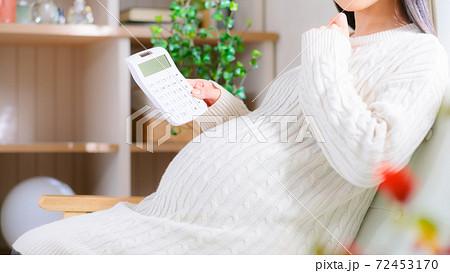 計算する妊婦 考える 16:9 72453170