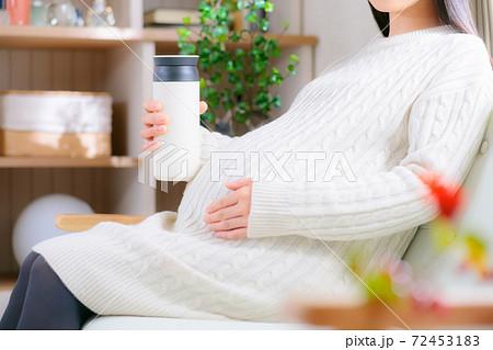 水筒を持つ妊婦  72453183
