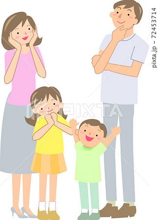 夏服の笑顔の4人家族 72453714