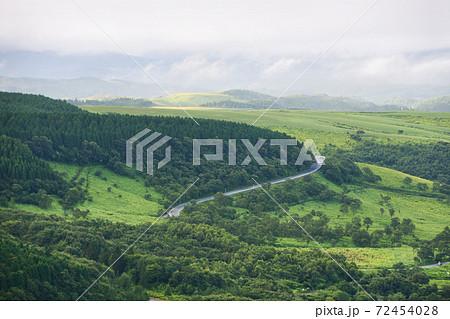 大分県由布市・別府市へのやまなみハイウェイの俯瞰 72454028