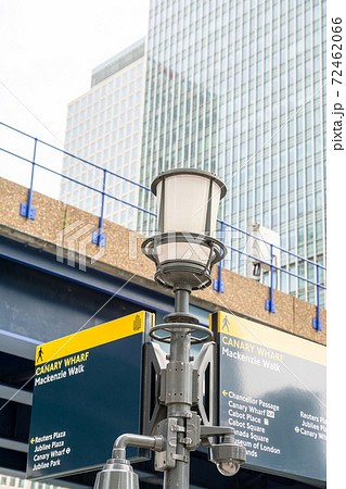 ロンドン東のドックランズの高層ビル群に立つ街灯と案内板 72462066