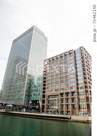 ロンドン東のドックランドの街並み ガラス張りの近代的な高層ビル 72462140