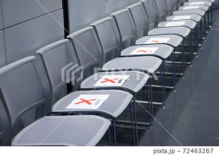 講演会 座席での新型コロナ感染対策 72463267