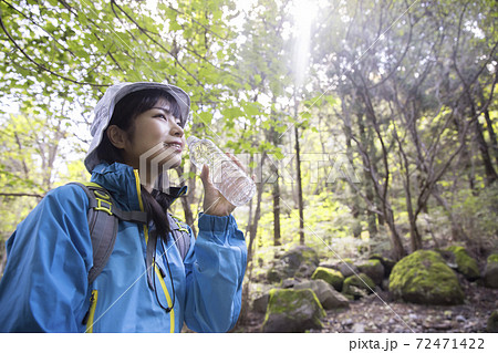 山で水を飲む若い女性 トレッキングイメージ 72471422